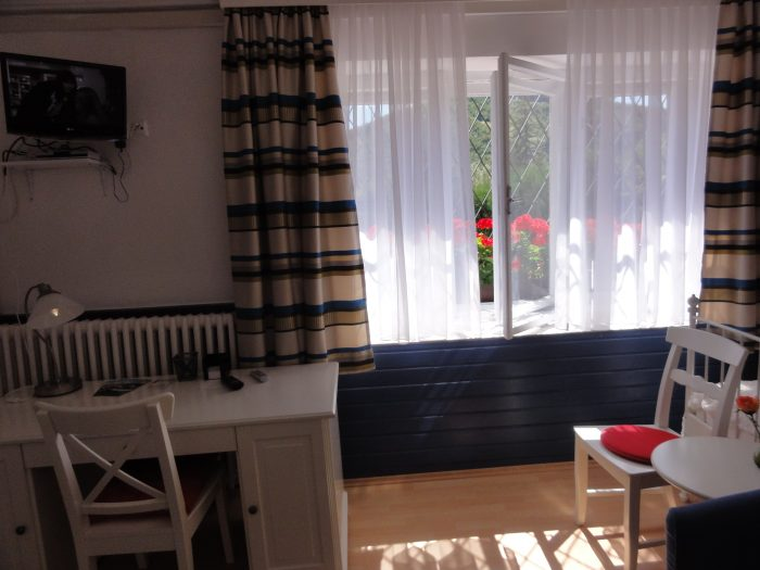 Gartenappartement mit Schreibtisch
